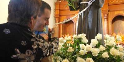 Touching the statue's belt for a blessing, San Antonio del Monte, Garafía
