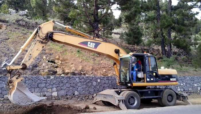 A big Caterpillar digger at the roadworks in Fuencaliente.