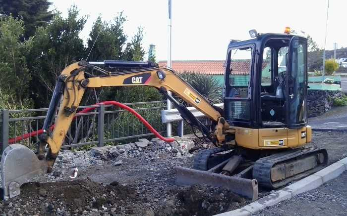 A small Caterpillar digger