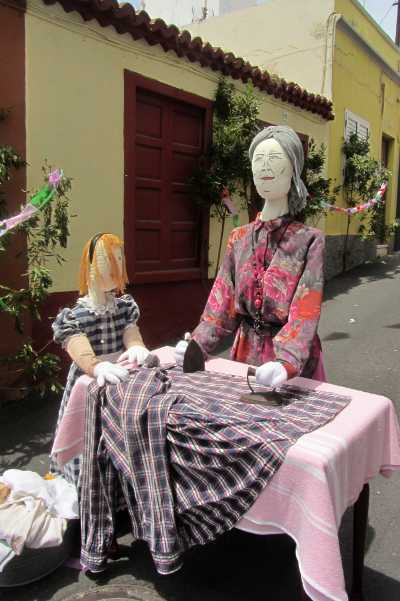 Mayos ironing with a flat iron, Santa Cruz de La Palma